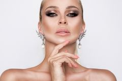 Retrato de la mujer elegante atractiva hermosa con ojos que sorprenden y una cara perfecta Fotos de archivo libres de regalías