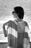 Retrato de la mujer elegante con las gafas de sol Imagen de archivo