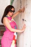 Retrato de la mujer elegante con las gafas de sol Imagen de archivo libre de regalías