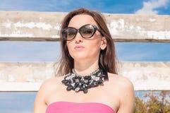 Retrato de la mujer elegante con las gafas de sol Imágenes de archivo libres de regalías