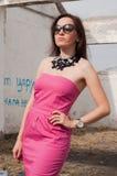 Retrato de la mujer elegante con las gafas de sol Fotos de archivo