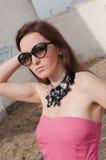 Retrato de la mujer elegante con las gafas de sol Foto de archivo