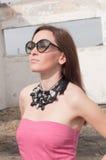 Retrato de la mujer elegante con las gafas de sol Foto de archivo libre de regalías