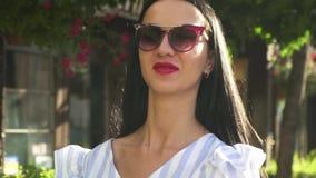 Retrato de la mujer elegante en gafas de sol y blusa pelada almacen de metraje de vídeo