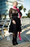 Retrato de la mujer elegante de moda adulta en la ciudad fotografía de archivo libre de regalías