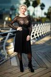 Retrato de la mujer elegante de moda adulta en la ciudad foto de archivo