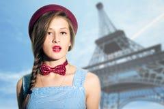 Retrato de la mujer elegante sobre París borrosa Foto de archivo libre de regalías