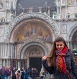 Retrato de la mujer ella está delante de la iglesia y de las miradas a la tierra fotografía de archivo