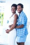 Retrato de la mujer embarazada de abarcamiento sonriente del marido Imágenes de archivo libres de regalías