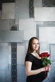 Retrato de la mujer embarazada elegante en negro Imagen de archivo