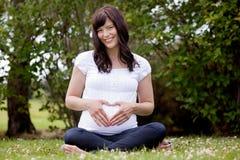 Retrato de la mujer embarazada feliz Fotografía de archivo libre de regalías