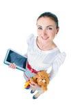 Retrato de la mujer embarazada hermosa con la tableta, oso Fotografía de archivo libre de regalías