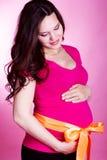 Retrato de la mujer embarazada que se sostiene el vientre Fotografía de archivo libre de regalías