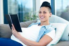 retrato de la mujer embarazada que sostiene la libreta Fotografía de archivo libre de regalías