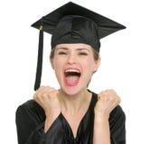 Retrato de la mujer emocionada del estudiante de la graduación Imagen de archivo