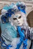 Retrato de la mujer en aturdir el traje, el sombrero y la máscara azules y blancos en los duxes palacio, Venecia, durante el carn foto de archivo