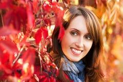 Retrato de la mujer en Autumn Background rojo Fotografía de archivo