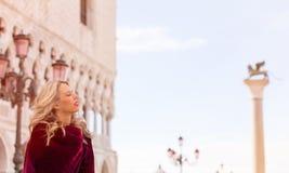 Retrato de la mujer en capa roja en Venecia Foto de archivo libre de regalías