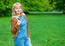 Retrato de la mujer en el parque de la primavera Fotografía de archivo libre de regalías
