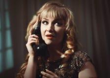 Retrato de la mujer en el teléfono Imagenes de archivo