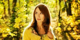 Retrato de la mujer en fondo del otoño Foto de archivo