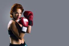Retrato de la mujer en guantes de boxeo Fotografía de archivo libre de regalías
