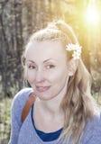 Retrato de la mujer en la madera de abedul con los snowdrops en pelo Imagen de archivo