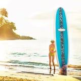 Retrato de la mujer en la nadada amarilla que presenta en la playa tropical foto de archivo