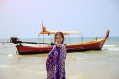 Retrato de la mujer en la playa tropical, cerca del barco tailandés tradicional tailandia Imágenes de archivo libres de regalías