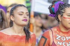 Retrato de la mujer en las calles de Santiago durante el día los 8M de las mujeres en Santiago de Chile fotografía de archivo libre de regalías
