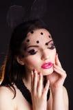 Retrato de la mujer en máscara de los oídos del cordón del conejito Fotografía de archivo