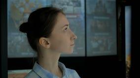 Retrato de la mujer en museo histórico moderno almacen de metraje de vídeo