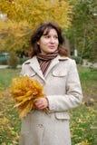 Retrato de la mujer en parque Imágenes de archivo libres de regalías