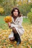 Retrato de la mujer en parque Imagen de archivo libre de regalías
