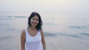 Retrato de la mujer en la playa tropical
