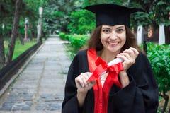 Retrato de la mujer en su día de graduación universidad Educación, graduación y concepto de la gente imagen de archivo libre de regalías