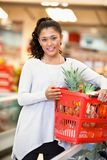 Retrato de la mujer en supermercado fotos de archivo libres de regalías