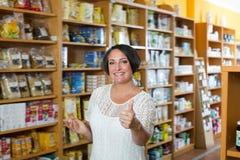 Retrato de la mujer en tienda Imagen de archivo libre de regalías