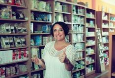 Retrato de la mujer en tienda Imágenes de archivo libres de regalías
