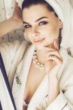 Retrato de la mujer en toalla y el traje blanco Imagen de archivo
