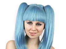 Retrato de la mujer encantadora con la peluca azul imagenes de archivo