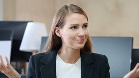 Retrato de la mujer enojada en oficina almacen de metraje de vídeo