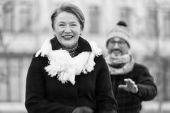Retrato de la mujer envejecida media encantada fotografía de archivo