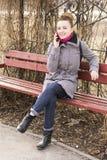Retrato de la mujer europea del blondie bonito de la moda que habla en el teléfono Sonrisa brillante Fotos de archivo libres de regalías
