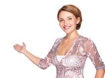 Retrato de la mujer feliz adulta con gesto de la presentación Foto de archivo