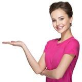 Retrato de la mujer feliz adulta con gesto de la presentación Imagen de archivo