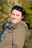 Retrato de la mujer feliz al aire libre Imagenes de archivo