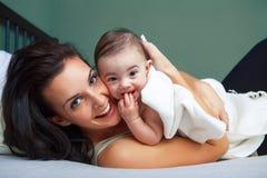Retrato de la mujer feliz con su bebé Imagen de archivo