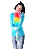 Retrato de la mujer feliz con una fregona a sacar el polvo Foto de archivo libre de regalías
