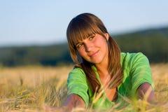 Retrato de la mujer feliz en campo de maíz de la puesta del sol Fotos de archivo